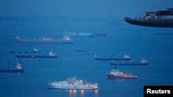 Tàu bè neo ngoài khơi chờ cập cảng Singapore.