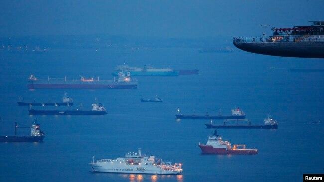 Mặc dù không có tuyên bố chủ quyền trên biển Đông nhưng Singapore có cảng biển lớn nhất châu Á. Cảng này kết nối với hơn 600 cảng của khoảng 120 nước trên thế giới.