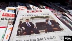北京新京報2012年2月16日在一個街頭報攤上的報紙頭版。