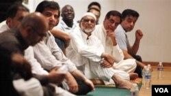 Karena keterbatasan tempat pada saat bulan Ramadan, warga muslim di AS biasa menyewa tempat ibadah ummat lain untuk melakukan ibadah Ramadan, seperti yang terjadi di Reston, Virgina ini (foto: dok.).