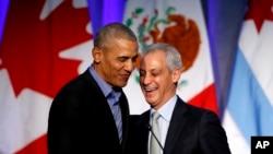 時任芝加哥市長伊曼紐爾(Rahm Emanuel)在芝加哥舉行的全球市長氣候變化峰會上介紹美國前總統奧巴馬。(2017年12月5日,)