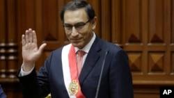El nuevo presidente del Perú, Martín Alberto Vizcarra saluda al pleno del Congreso luego de jurar al cargo en reemplazo de Pedro Pablo Kuzcinsky, quien renunció por acusaciones de corrupción. Lima, Perú. Marzo 23 de 2018.
