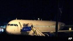터키 공군 전투기들이 앙카라의 에센보가 공항에 강제 착륙시킨 시리아항공 소속 에어버스 A320 여객기