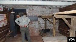 莫斯科古拉格博物馆复制的当年古拉格集中营牢房内部。(美国之音白桦拍摄)