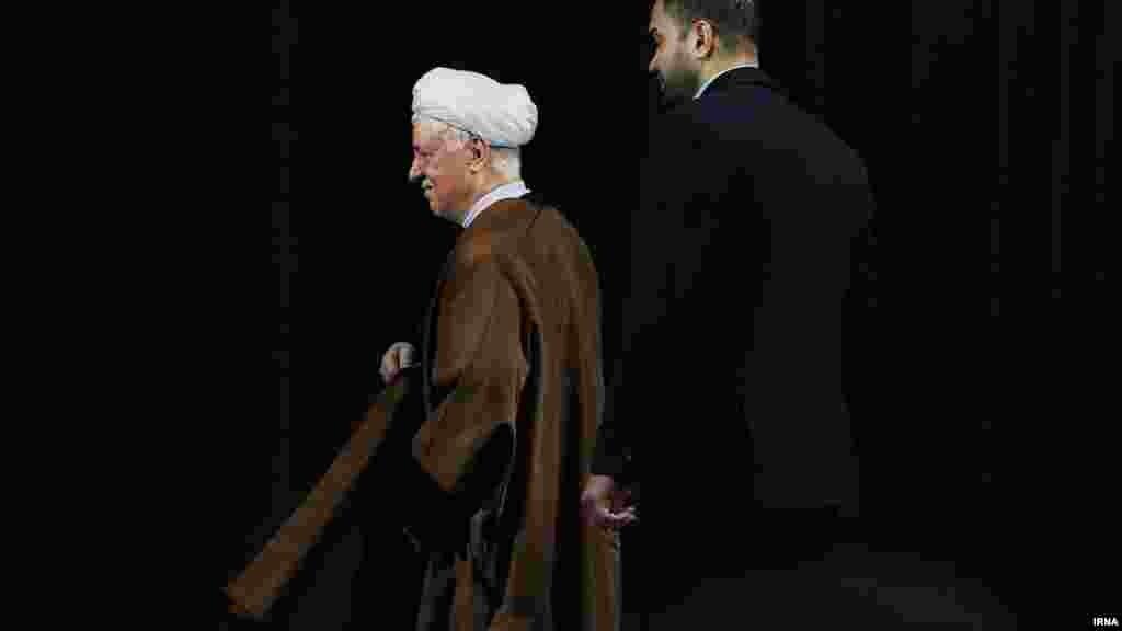 """اکبر هاشمی رفسنجانی رئیس مجمع تشخیص مصلحت نظام در دانشگاه شهید بهشتی تهران از ردصلاحیت ها در ایران انتقاد کرد. هاشمی رفسنجانی در واکنش به رد صلاحیت گسترده نامزدهای انتخابات مجلس گفت که """"برخی رد صلاحیتها، دستبرد به حقالناس است."""" وی افزود تا خواستیم جشن بگیریم ۶۰ درصد نامزدها را کنار گذاشتند. در حالی اکبر هاشمی رفسنجانی، شورای نگهبان را به """"دستبرد به حقالناس"""" متهم کرده که پیش از این آیت الله علی خامنه ای در سخنانی درباره انتخابات گفته بود """"رای مردم حق الناس است."""" رهبر جمهوری اسلامی ده روز پیش در اظهارنظری گفته بود """"همه در انتخابات شرکت کنند؛ حتی کسانیکه نظام را قبول ندارند."""" عکس: اکبر توکلی، ایرنا"""