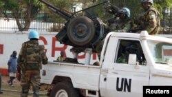 Un casque bleu de l'ONU fait une pause pendant une patrouille à Bangui, la capitale de la République centrafricaine, le 30 décembre 2015.