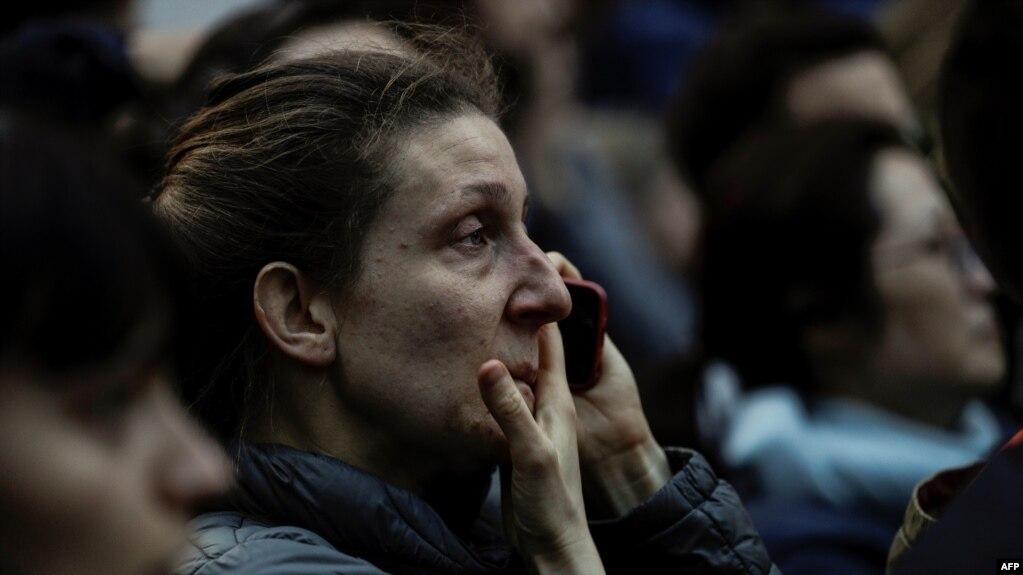 Một người dân Paris thẫn thờ chứng kiến ngọn lửa bao trùm Nhà thờ Đức Bà