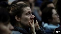 Uma mulher assiste, chorando, ao incêndio que consumiu parte da catedral de Notre-Dame durante 15 horas. Paris, 15 de Abril, 2019