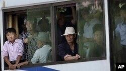 지난 6월 북한 평양에서 전차에 탄 시민들. (자료사진)