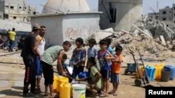 Warga antri untuk mendapatkan air bersih di Khan Younis, Jalur Gaza Selatan (foto: ilustrasi). Kondisi kehidupan di Gaza terus merosot.