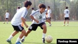 지난 6월 북한 여자축구 선수들의 훈련 모습을 조선중앙통신이 보도했다. (자료사진)