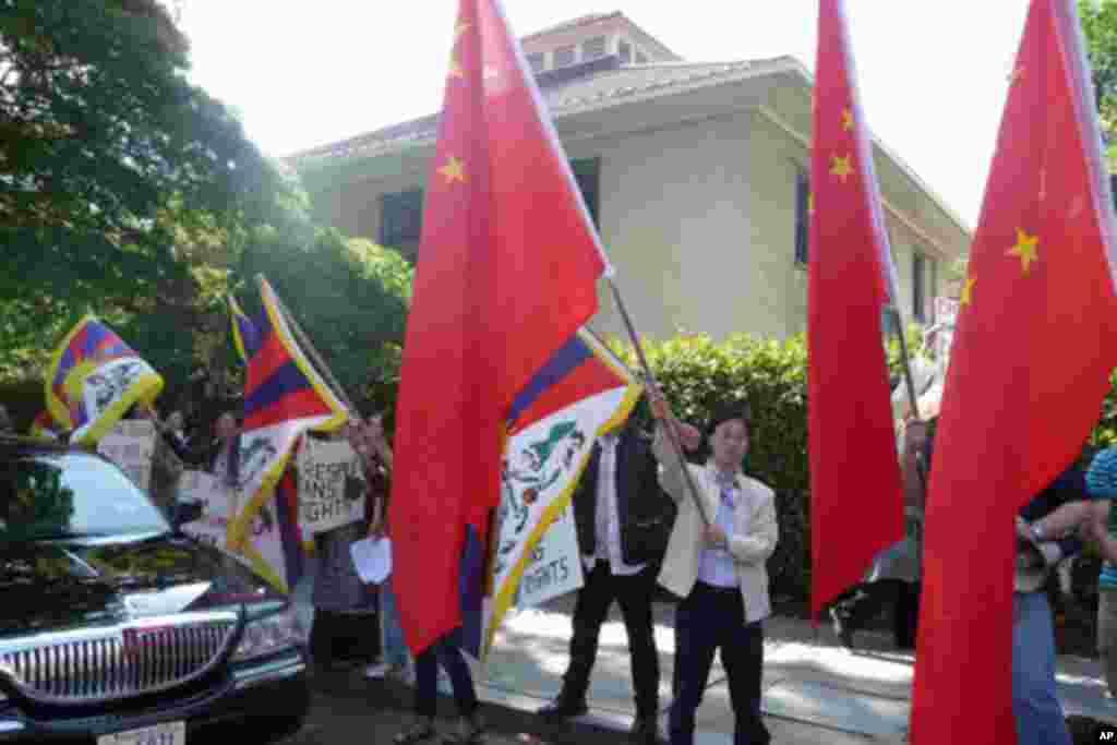 会场外欢迎与抗议的一些民众