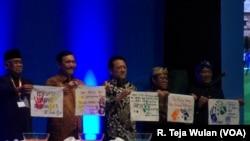 Para tokoh yang menghadiri Festival Anti-Korupsi 2015. (VOA/R. Teja Wulan)
