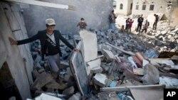 Serangan udara pimpinan Arab Saudi menghancurkan permukiman di dekat bandara di ibukota Sana'a, Selasa (31/3).