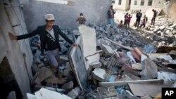 31일 사우디아라비아 군이 예멘 사나 인근 공항에 공습해 주변 건물이 무너져내렸다.