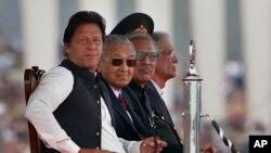 عمران خان اور ملائیشیا کے وزیر اعظم مہاتیر محمد (فائل فوٹو)