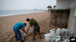 """墨西哥太平洋地区的局面堆起沙袋应对""""帕特里夏""""飓风。(2015年10月23日)"""