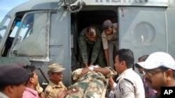 Binh sĩ bị thương được đưa đi bệnh viện sau Cuộc tấn công tại bang Bihar, ngày 10/4/2014.