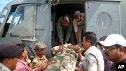 Seorang tentara India yang terluka akibat pemboman diangkut oleh petugas medis di negara bagian Bihar (10/4).
