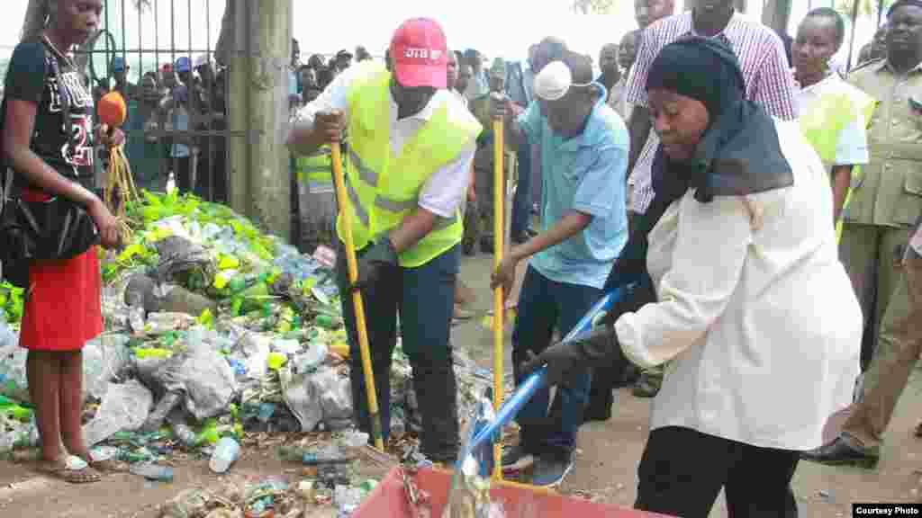 Altas entidades governamentais incluindo o vice-presidente Samia Suluhu, o primeiro-ministro, Kassim Majaliwa e o antigo presidente Jakaya Kikwete, juntaram-se às populações nas suas comunidades para limpar as ruas e sistemas de esgotos e para cortar as ervas daninhas.