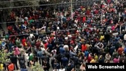 太伏镇民众在太伏中学外与军警对峙 (网络图片 2017年4月6日)