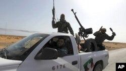 چهند سهرههڵـداوێـکی لیبی له شـارۆچکهی بن جوادهوه بهرهو شـاری سرت دهڕۆن، دووشهممه 28 ی سێی 2011