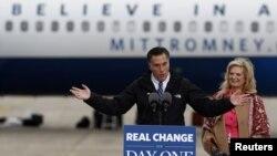Ứng cử viên tổng thống của Ðảng Cộng hòa Mitt Romney đến cuộc mít tinh vận động tranh cử ở Newington, New Hampshire, ngày 3/11/2012.