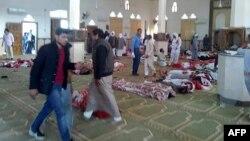 Beberapa korban tewas tergeletak di lantai masjid masjid al-Rawdah di kota Bir al-Abed, di barat ibu kota provinsi, el-Arish, Semenanjung Sinai, Jumat (24/11).