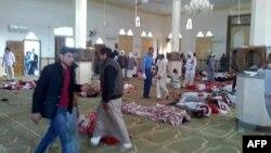 24일 최악의 테러공격이 벌어진 이집트 시나이 반도 알라우다 사원 안에 희생자들의 시신이 놓여있다.