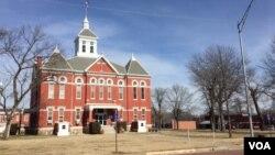 Yates Center, es la sede del Condado Woodson en Kansas, la capital mundial del heno. (C. Presutti/VOA)