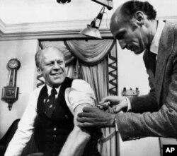 El presidente Gerald Ford recibe la vacuna contra la gripe porcina en la Casa Blanca.