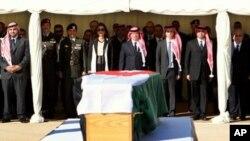 Jordanski kralj Abdullah II (centar), i njegova supruga, kraljica Raniah, (lijevo od kralja), stoje ispred lijesa jordanskog obavještajca, Alija bin Zaida, tijekom ceremonije u Ammanu, u Jordanu. Bin Zaid je bio ubijen sa sedmoricom CIA-inih operativaca.