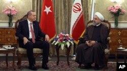 2015年4月7日伊朗总统哈桑·鲁哈尼(右)和土耳其外长埃尔多安会谈
