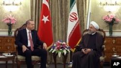 Presiden Iran Hassan Rouhani (kanan) berbincang dengan Presiden Turki Recep Tayyip Erdogan di Istana Saadabad, Teheran, Iran, 7 April 2015. (AP Photo/ Iranian Presidency Office)