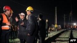 Bộ trưởng đường sắt Lưu Chí Quân nói chuyện với công nhân đang sửa chữa 1 tuyến đường sắt bị hư hỏng, 29/4/2008