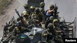 Tropas ucranianas luchan por recuperar ciudades en poder de rebeldes prorusos.