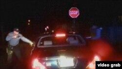 Máy quay gắn trên xe của cảnh sát đã ghi lại cảnh ông Jerame Reid, 36 tuổi, bị bắn chết tại thị trấn Bridgeton hôm 30/12, ít lâu sau khi hai cảnh sát viên Braheme Days và Roger Worley dừng chiếc xe chở ông Reid.