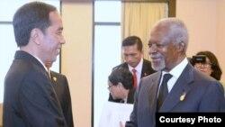 Presiden Joko Widodo berjabat tangan dengan mantan sekretaris jenderal PBB Kofi Annan menjelang pembukaan Bali Democracy Forum di Bali (8/12). (Courtesy: Setpres RI)