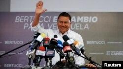 """El candidato presidencial venezolano de oposición Javier Bertucci, del partido """"Esperanza por el Cambio"""", saluda durante una conferencia de prensa en Caracas. Mayo 10 de 2018."""