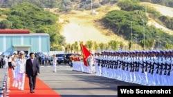 Chủ tịch nước Trương Tấn Sang thăm Cảng Quốc tế Cam Ranh (ảnh chụp từ trang web Người Lao Động).