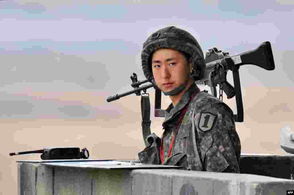 5일 한국 파주시 비무장지대 주변에서 경계 근무를 서고 있는 한국군 병사.