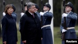 Ukraine's President Petro Poroshenko, right, and his Estonian counterpart Kersti Kaljulaid inspect an honor guard during Poroshenko's visit in Tallinn, Estonia Jan. 23, 2017.