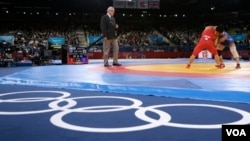 Pegulat Kuba Gustavo Balart (kiri) tengah bertarung melawan pegulat Korea Selatan Choi Gyu-jin dalam nomor gulat 55 kilogram di Olimpiade London, Agustus 2012 lalu (Foto: dok).