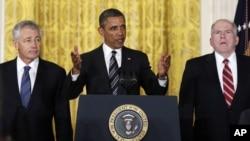 ທ່ານ Barack Obama (ກາງ) ແຕ່ງຕັ້ງທ່ານ Chuck Hagel (ຂວາ) ເປັນລັດຖະມົນຕີປ້ອງກັນປະເທດ ແລະ ທ່ານ John Brennan (ຊ້າຍ) ເປັນຫົວໜ້າສືບລັບ
