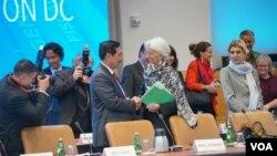 Menko Kemaritiman Luhut Binsar Panjaitan berbicara dengan Direktur IMF, Christine Lagarde di sela-sela Spring Meetings hari Rabu (18/4).