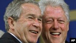 Expresidentes de Estados Unidos George W. Bush y Bill Clinton, en una foto de archivo de noviembre de 2006.