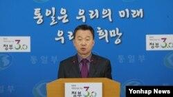 정준희 한국 통일부 대변인이 27일 서울 세종로 정부서울청사에서 가진 정례브리핑에서 최근 박근혜 대통령의 대국민 담화에 대한 북한의 원색적인 비난에 대해 입장을 밝히고 있다.