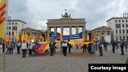 Hình ảnh người Việt biểu tình ở Berlin, Đức, hôm 12/8.