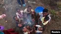 Des déplacés congolais ayant fui les attaques des combattants des ADF dans le camp de transit de Bukanga, à Bundibugyo, Ouganda, juillet 2013.