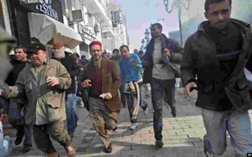 Des manifestants dispersés au gaz lacymogène, à Tunis.